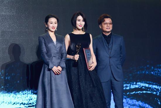 北京国际网络电影节颁奖盛典 李木子为新人颁奖图片