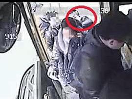 佛山男子上公交发现耳机没声音才发现被扒了