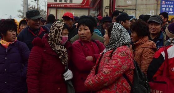 """济南上千农民工街头扎堆""""趴活"""""""
