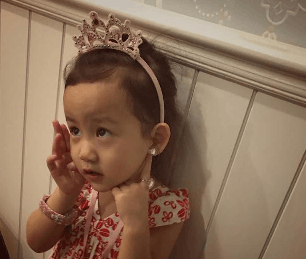 可爱!多妹戴耳环初体验 皇冠加身公主范十足