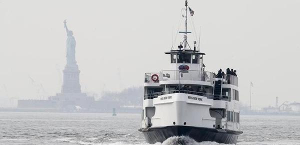 纽约自由女神像重新开放 游人坐船参观