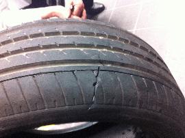 新车开两天轮胎裂口 4S店:经鉴定不属于质量问题