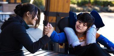 11岁男孩患自毁容貌症 每天戴护具防自伤