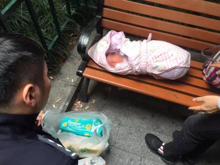 女婴被弃公园 警方通过监控寻回父亲:我已有仨女儿