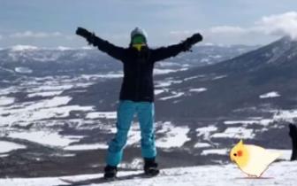 刘嘉玲与梁朝伟滑雪度假 与雪山合影状态超好