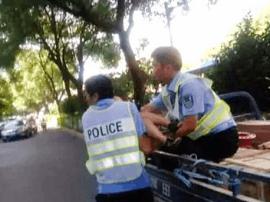 唐山:孩子高烧昏迷 警民联手送其就医