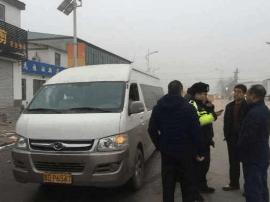 """邯郸开发区交警大队查获一辆""""黑校车"""""""