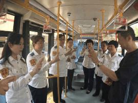 岛城公交司机学手语  聋哑乘客不犯愁