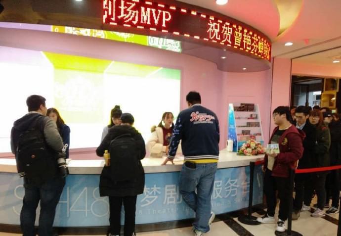 林思意、李艺彤、张怡成员担任一日店员