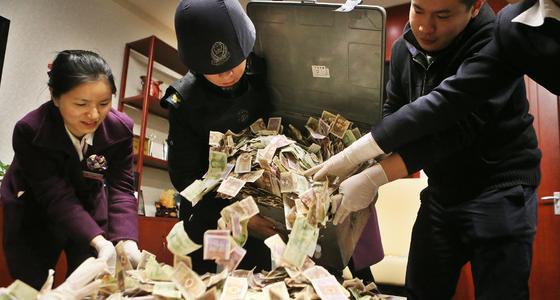 募捐箱攒40公斤零钱 银行加班清点