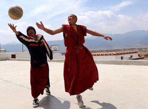 酷爱打篮球的喇嘛们