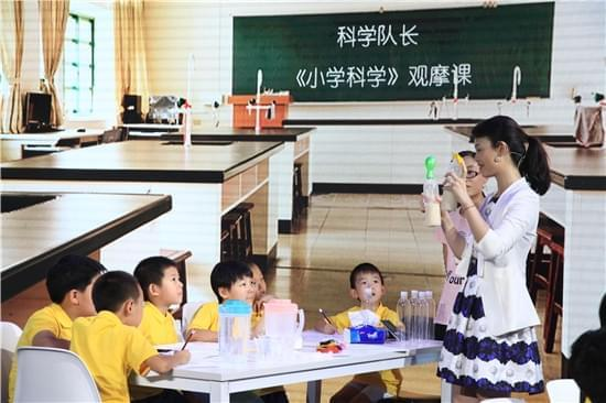 北京大学分子医学研究所的博士生导师,《科学队长小学版》生命科学课的刘颖老师,以及她的三位博士生,以及热爱科学的小朋友,来一堂生动的科学观摩课。