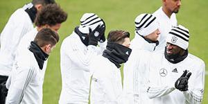 德国备战西班牙 球员包裹严实