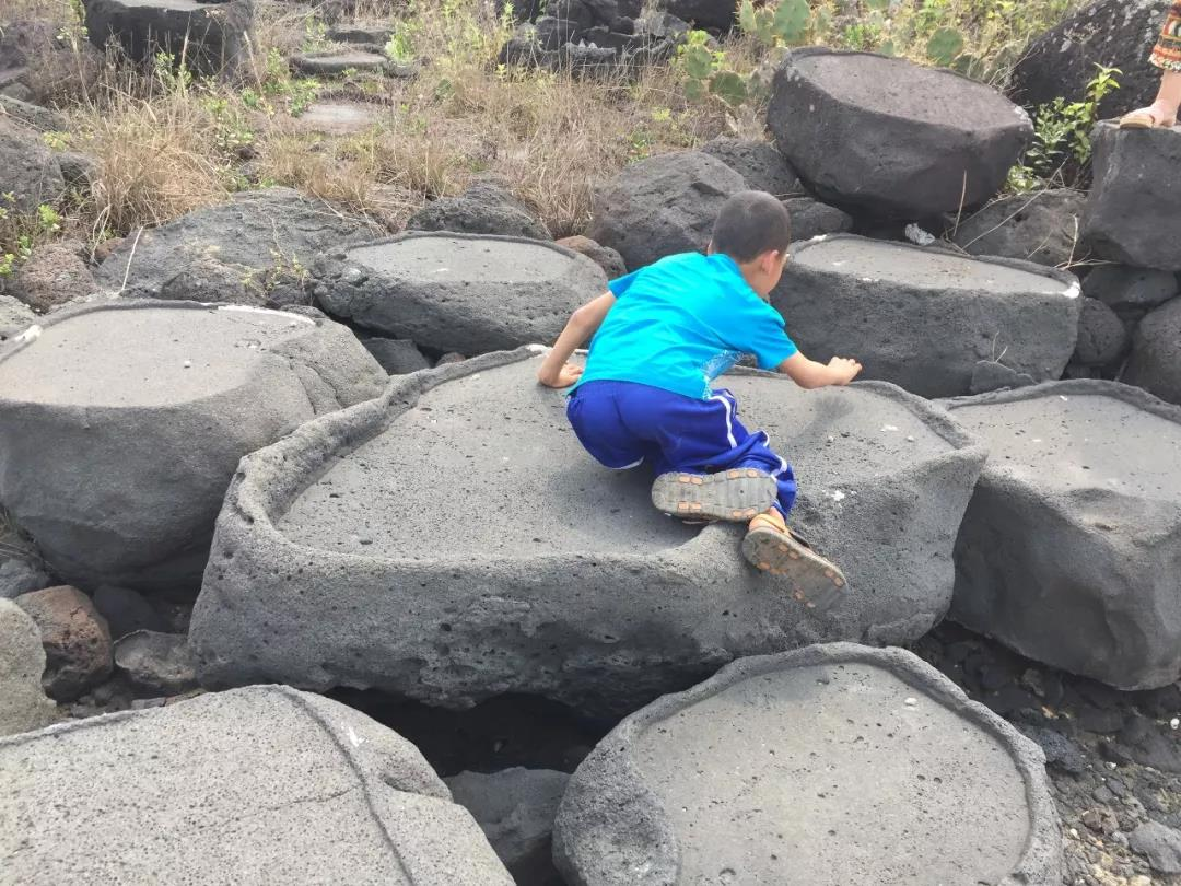 △弟弟在海边奔跑 (作者供图)