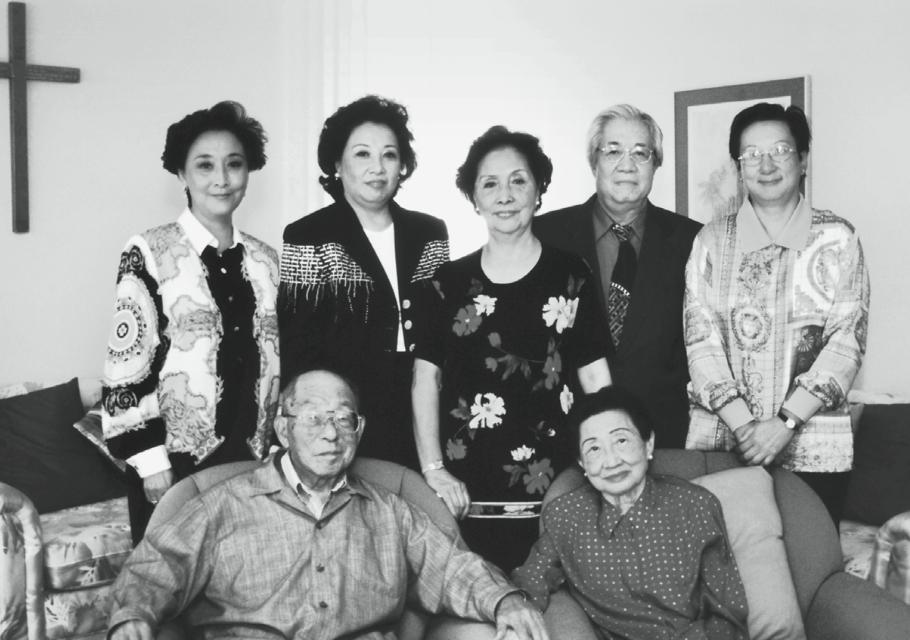 △张学良夫妇与张闾蘅(后排左二)及全家合影