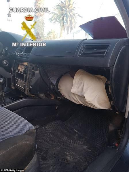 奇葩!男子藏在汽车仪表板里偷渡