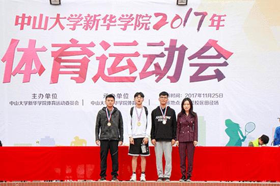 刘婉莉颁为获奖队伍颁奖