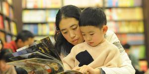 """山东烟台:春节期间 图书馆里市民""""充电""""忙"""