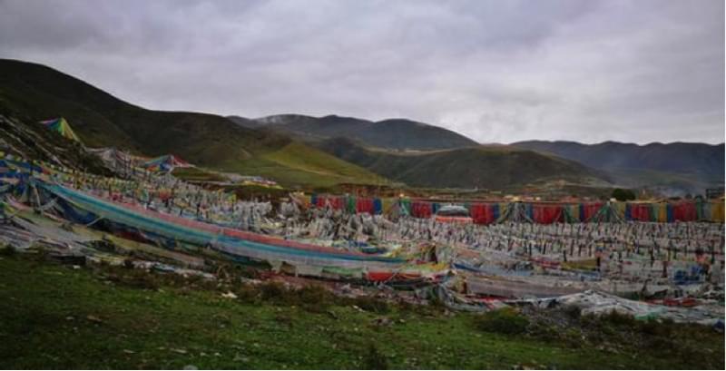 班玛县江日堂天葬台的远景