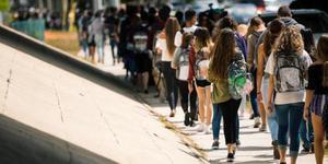 美佛州枪击案后 学生被要求背透明书包上学