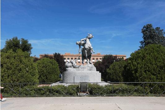 马德里康普顿斯大学校园雕塑