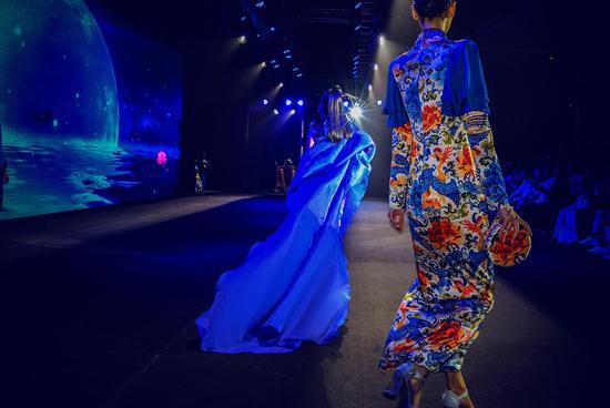 张咪重返T台 中国风旗袍下她像极了瓷娃娃