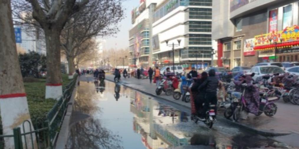 邯郸:非机动车道上污水横流影响通行