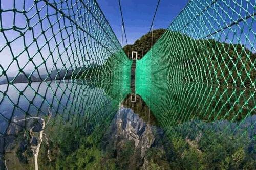 重庆万盛新增悬挑80米玻璃悬廊