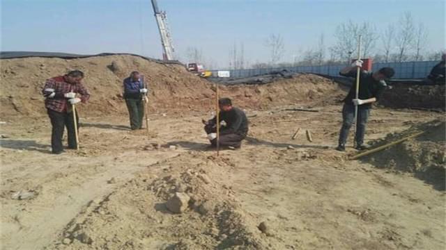"""霸州发现神秘古墓 挖出""""双龙石碑"""""""
