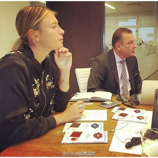 莎拉波娃参加自家糖果公司会议。