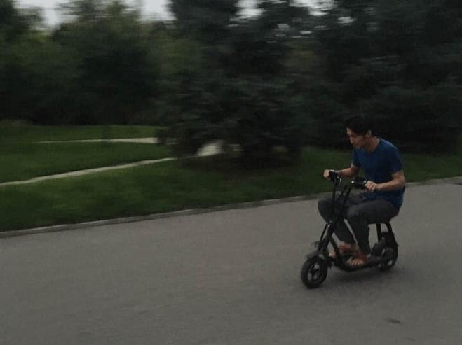 谢霆锋太节约了 竟然自己骑电动车去买菜