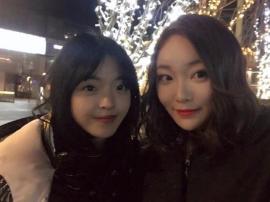 王中磊女儿与好友自拍 身材高挑纤细大长腿吸睛