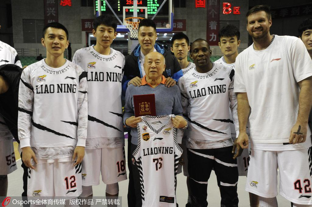 时年76岁的杨宗群获得辽篮76号球衣