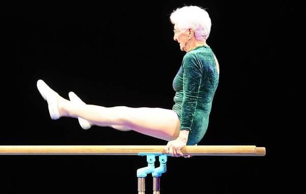 91岁老太双杠表演惊呆观众