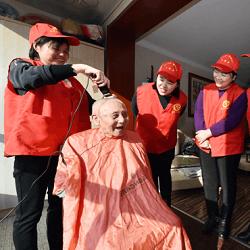 石家庄志愿者为老人提供上门理发服务