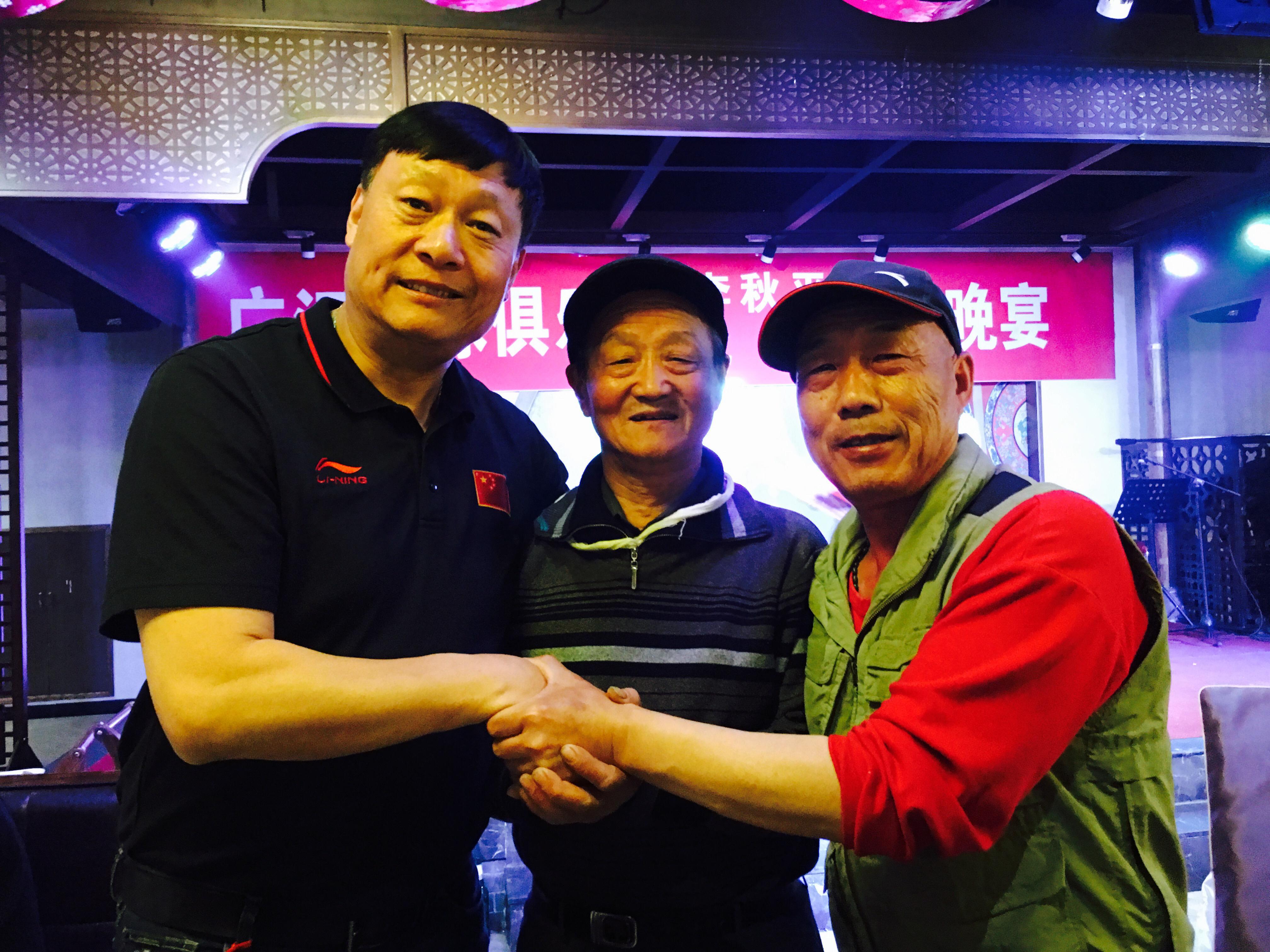 李秋平与俱乐部普通工作人员合影留念