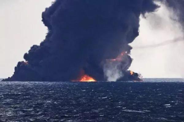 桑吉轮沉没溢油情况严重 形成10平方公里油污带