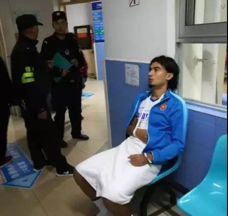 曝毅腾球员被安保打伤