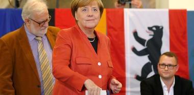 德国大选今日举行 默克尔与丈夫结伴投票