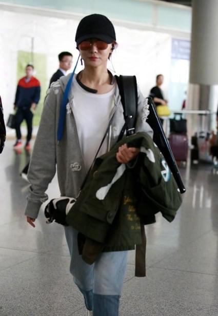 王珞丹机场裸背手风琴 网友吐槽摆拍:太抓马了吧