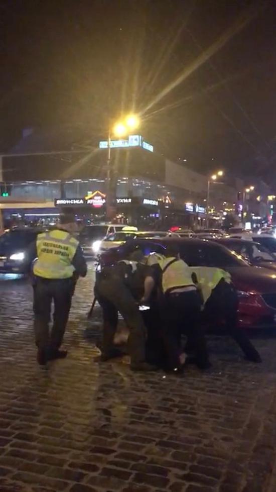 可怕!利物浦球迷被20名蒙面暴徒围殴 警察只抓2人