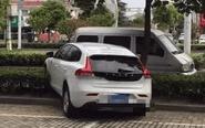 女司机误将油门当刹车 撞瘪路边面包车