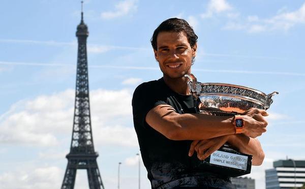 纳达尔拍冠军写真 紧抱奖杯合影埃菲尔铁塔