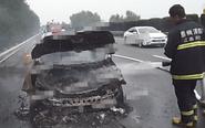 盐靖高速兴化段一轿车自燃 车被烧成废铁