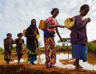 全球21亿人面临吃水问题 妇女挑水撑起半边天