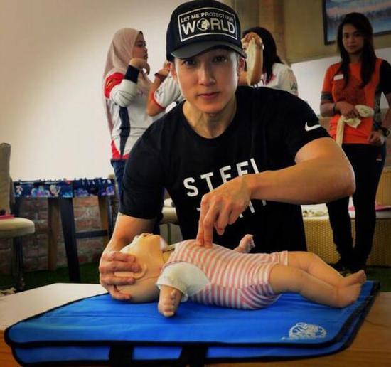 吴尊儿童节学儿童CPR 晒儿女背影照幸福满满