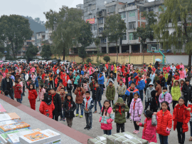 幸福人寿福建分公司到南阳中心小学开展捐书助学活动