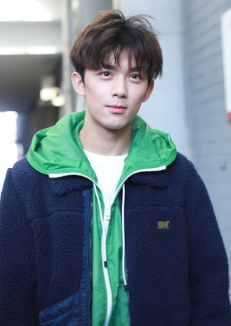 吴磊现身北电四试笑容灿烂 绿卫衣阳光本色