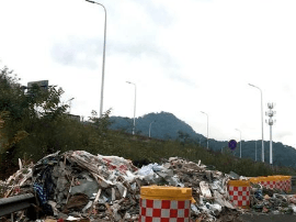 福州:建筑垃圾倾倒三环车道 现象已多次发生