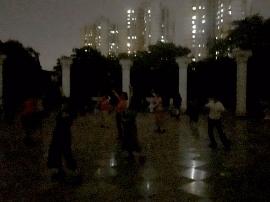 """沪一公园晚上不关门不开灯 上百居民""""摸黑""""锻炼"""